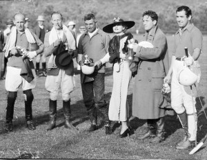 Carole Lombard Gives Trophy to Actors