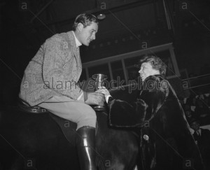 eleanor-roosevelt-presents-a-trophy-to-actor-errol-flynn-jan-1939-DD75E6~2